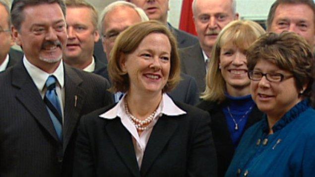 La première ministre l'Alberta, Alison Redford, entourée de membres de son caucus