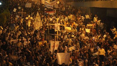 Des milliers de Coptes ont manifesté au Caire pour dénoncer une attaque contre une de leurs églises chrétiennes.