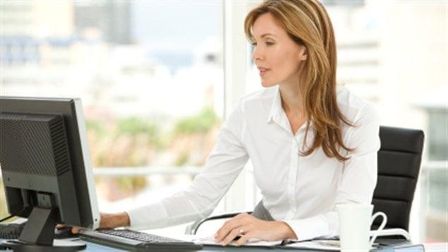 travail bureau femme patronne ordinateur réseaux sociaux