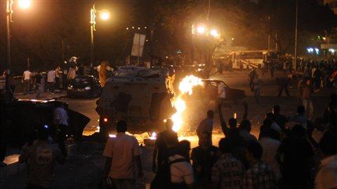 Des Coptes affrontent la police au Caire, le 10 octobre 2011, lors d'une manifestation pour dénoncer une attaque contre une de leurs églises chrétiennes.