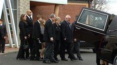 La famille du défunt, à la sortie de l'église.