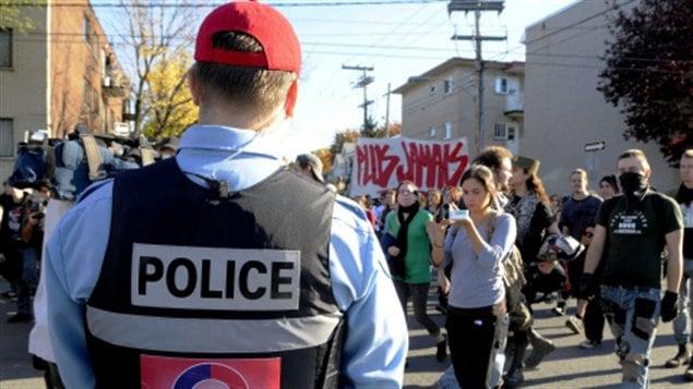 Des manifestants qui réclamaient une enquête publique sur la mort de Fredy Villanueva défilaient pacifiquement dans Montréal-Nord le 11 octobre 2008.
