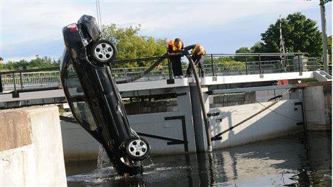 La voiture Nissan de la famille Shafia retrouvée au fond du canal Rideau le 30 juin 2009