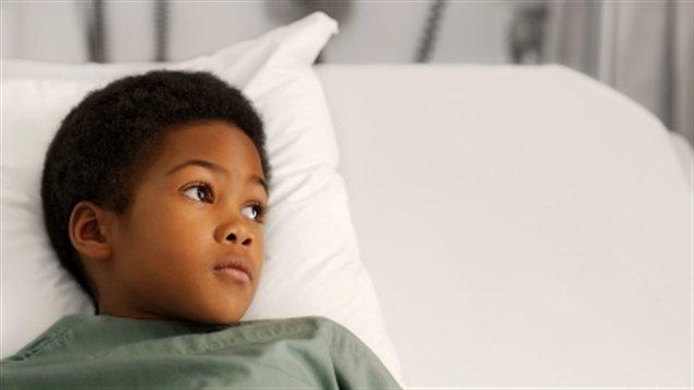 Petit garçon à l'hôpital