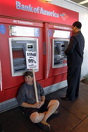 Un manifestant devant un guichet automatique de la Bank of America, à Oakland, le 2 novembre 2011