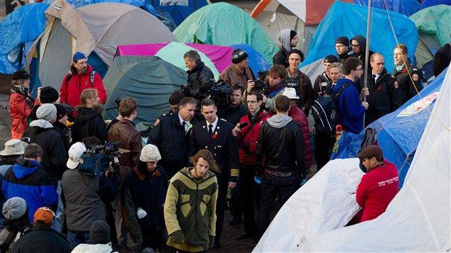 Le chef des services incendie de Vancouver, John McKearney, en train de visiter le campement des indignés.
