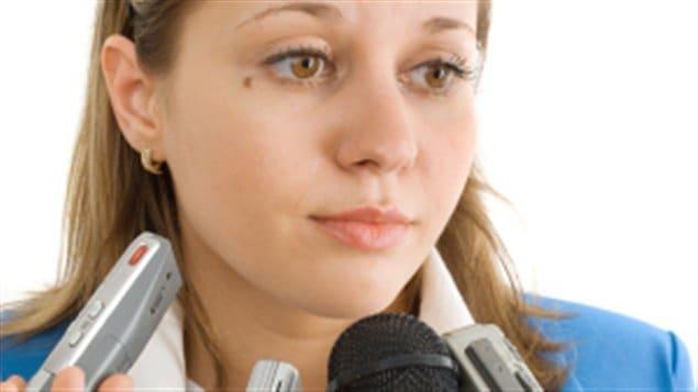 femme politique microphones