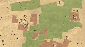 Interprétation à partir d'une image satellite : les fortifications sont en noir, les zones d'habitations, en rouge, et les oasis, en vert.