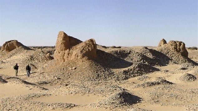 Des ruines de ce qui aurait pu constituer les murs d'un fort, dans le désert libyen