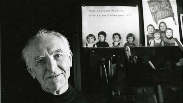 Le photographe Robert Doisneau dans son studio de Montrouge en 1992