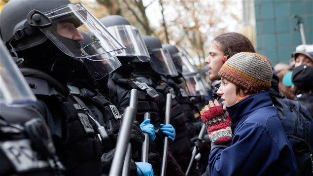 Les policiers et les protestataires du mouvement Occupons Portland s'affrontent en Oregon.
