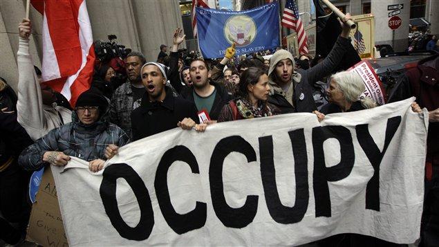 Des manifestants ont marché dans le quartier financier, à New York, jeudi avant-midi.