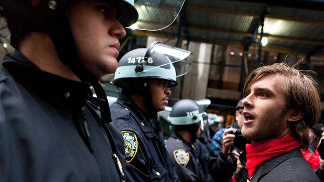 Les policiers étaient nombreux à protéger l'accès de la Bourse de New York, jeudi matin.