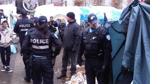 Des policiers patrouillent le camp