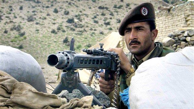 Conformément au mandat du Commonwealth de défense des États vulnérables, le Canada a eu à offrir son appui au Pakistan pour l'aider à surveiller ses frontières avec l'Afghanistan contre d'éventuelles attaques des talibans et du réseau Al-Qaïda, en offrant sa technologie aérienne, des appareils de communication ainsi que de la formation au personnel frontalier