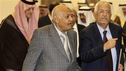 Mohammed Basindwa (au centre) lors d'une réunion du Conseil de coopération du Golfe, en avril 2011
