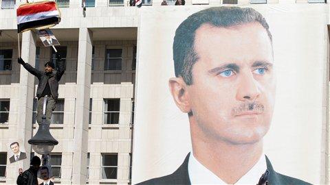 Un portrait du président syrien Bachar Al-Assad est affiché sur un édifice de la capitale Damas, le 28 novembre 2011.