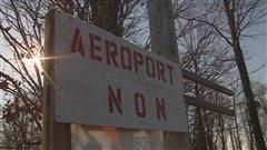 Des citoyens s'opposent au projet de piste d'atterrissage à Neuville.