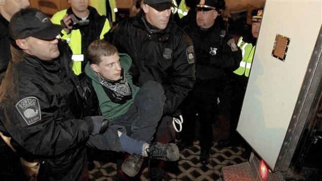 Un indigné de Boston lors de son arrestation