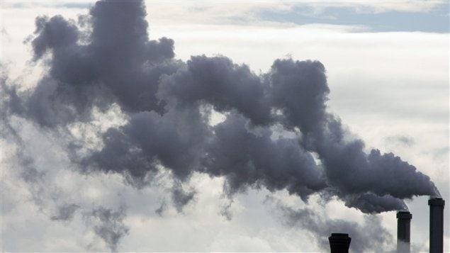Cheminées recrachant des nuages de fumée.