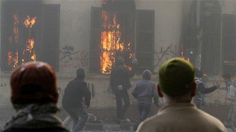 Des manifestants anti-armée incendient le rez-de-chaussée de l'édifice abritant le ministère des Transports et des Communications au Caire.