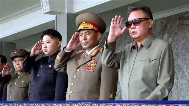 Kim Jong-il, et son fils Kim-Jong-un (troisième à partir de la droite) assistent à un défilé militaire, le 9 septembre 2011 à Pyongyang.