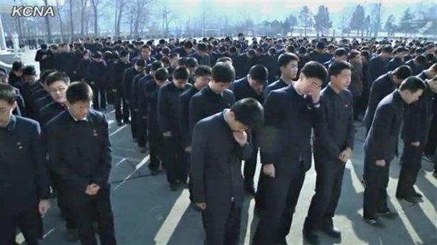 L'agence KCNA montre lundi des images de Nord-Coréens en deuil.