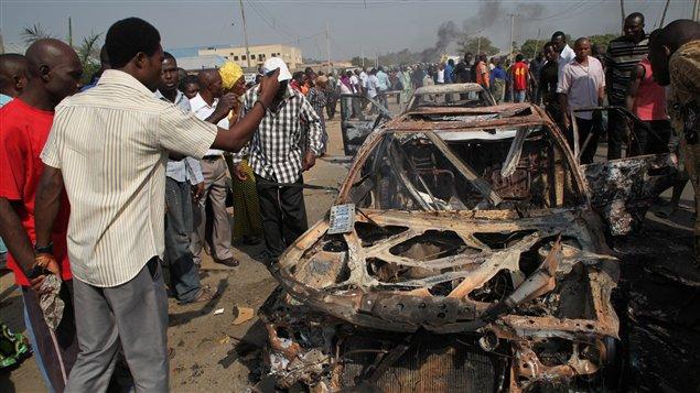 Une voiture a été incendiée dimanche près de l'église catholique Sainte-Theresa-de Madalla, cible d'un attentat revendiqué par la secte islamiste Boko Haram.