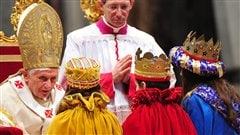 Le pape Benoît XVI s'adresse à quelques enfants vêtus comme des rois mages à l'occasion de la traditionnelle messe du jour de l'An en 2012.
