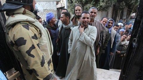 Des Égyptiens font la file pour voter à Minya, à 350 km au sud du Caire.