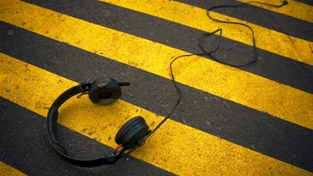 Des écouteurs sur la chaussée