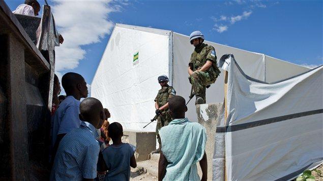 Des policiers de la MINUSTAH discutent avec des enfants haïtiens.