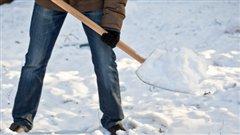 Un résident pellette de la neige (archives).