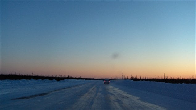 La route de glace au coucher du soleil