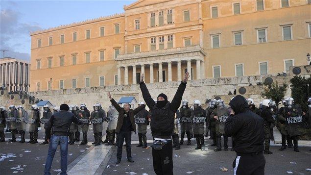 Des manifestants devant le parlement grec à Athènes