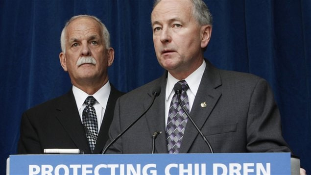 Les ministres Rob Nicholson et Vic Toews présentent de loi C-30 sur la protection des enfants contre les cyberprédateurs, lors d'une conférence de presse à Toronto.