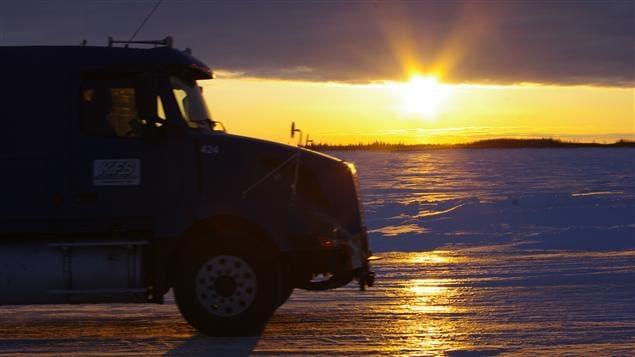 Il y a plus de 1300 km de routes glacées qui traversent lacs, rivières et marais au Canada à ce moment-ci de l'année.