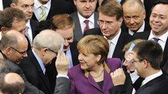 La chancelière Angela Merkel est entourée des députés allemands lors du vote sur le deuxième plan d'aide à la Grèce