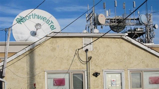 Des appareils de télécommunication de la compagnie Northwestel derrière une maison de Whitehorse
