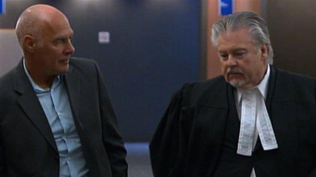 Jocelyn Dupuis (à gauche) avec son avocat au palais de justice de Montréal
