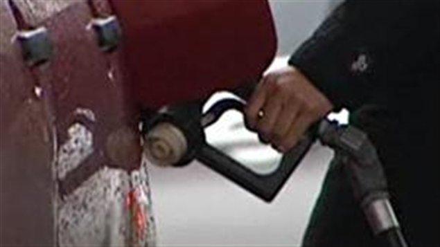 Une pompe à essence dans une station-service