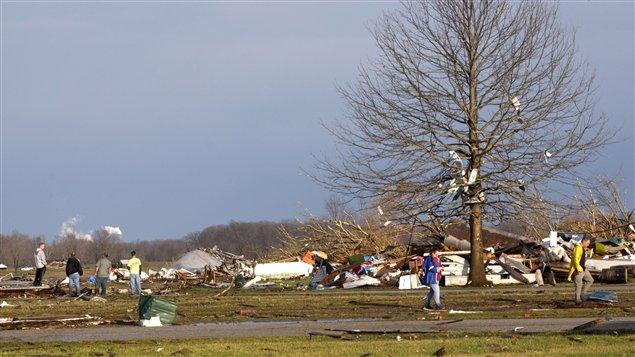 Des résidents de Marysville constatent l'ampleur des dégâts causés par les tornades