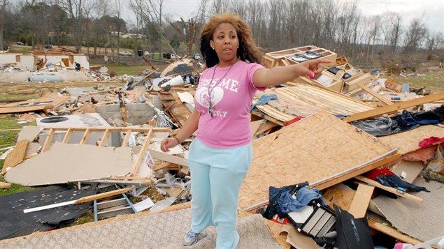 Une résidente de Meridianville, en Alabama, parmi les restes de la maison dans laquelle elle se trouvait lorsqu'une tornade a frappé vendredi