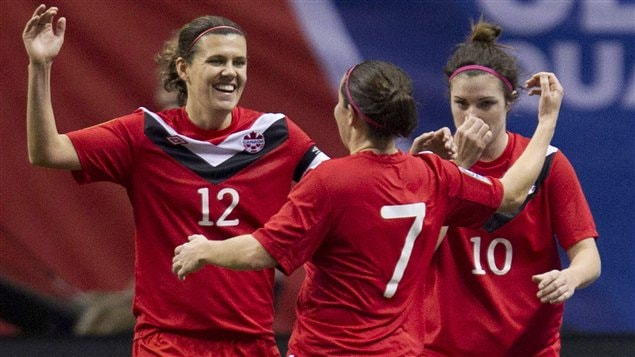 Christine Sinclair, Rhian Wilkinson et Christina Julien