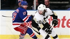 Kristopher Letang déjoue Brad Richards.