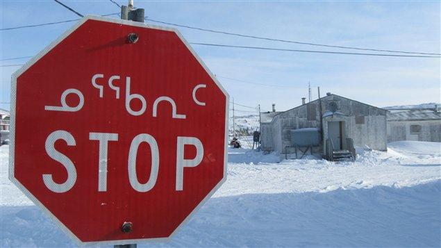 Un panneau d'arrêt en inuktitut