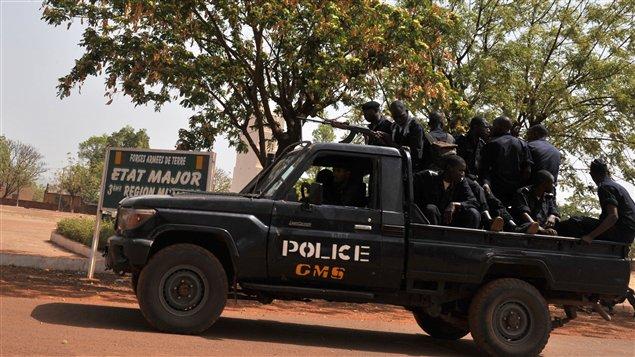 Des militaires maliens patrouillent les rues de Bamako.   © AFP/ISSOUF SANOGO