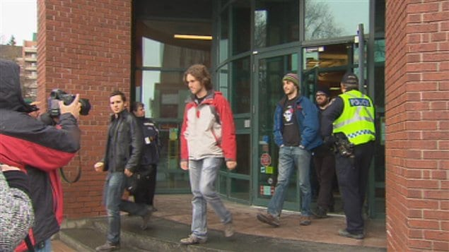 Les policiers sont intervenus pour faire sortir les étudiants de la succursale de la Banque CIBC.