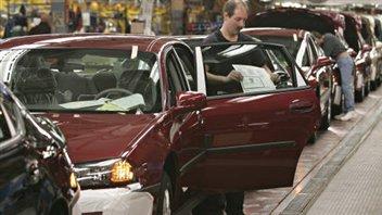 Un employé d'une usine GM à Oshawa en Ontario