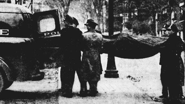 <i>La famille</i> emportée dans une voiture de police